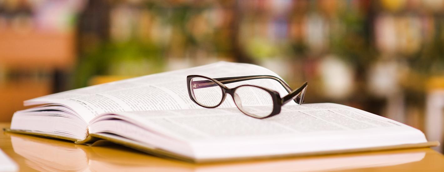 hardcover genaaid gebonden Boek bril